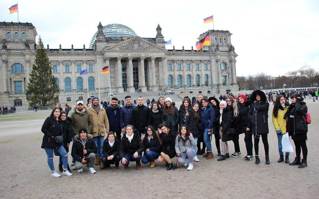 Jugendforum Köln fährt nach Berlin. Jugendgruppe vor dem Bundestag Berlin.
